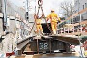 Die Hilfsbrücke über dem Schluchenbach wird eingebaut. (Bild: Matthias Piazza, Hergiswil, 9. April 2019)