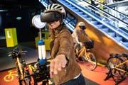 Eine Person testet das Virtual-Reality-Velo aus (Bild: PD)