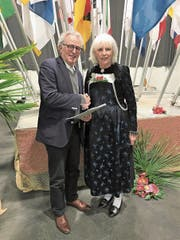 Erich Herger, Präsident Haus der Volksmusik, und VSV-Präsidentin Ursula Haller besiegeln die zukünftige Zusammenarbeit. (Bild: PD)