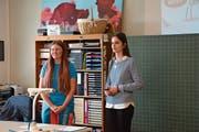 Sabrina Pirovino (links) und Kristina Lazić stehen den Schülerinnen und Schülern Red und Antwort. (Bild: Christian Tschümperli (Zug, 5. April 2019))