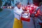 Daniel Kronenberg verteilt früh morgens den im Stau stehenden Autofahrern Brötli und Kaffeebons. (Bild: Boris Bürgisser, Eschenbach, 9. April 2019)