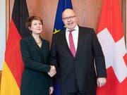 Bundesrätin Simonetta Sommaruga und Peter Altmaier, der deutsche Bundesminister für Wirtschaft und Energie, in Berlin. (Bild: Keystone/EPA/HAYOUNG JEON)