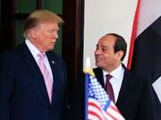 Starke Männer unter sich: US-Präsident Trump empfängt seinen ägyptischen Amtskollegen al-Sisi (rechts) in Washington. Der stets lächelnde ägyptische General kommandiert laut Beobachtern eine brutale Militärdiktatur, die Kritiker mundtot macht, einkerkert und foltert wie selten zuvor im Land am Nil. (Bild: KEYSTONE/AP/MANUEL BALCE CENETA)