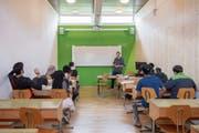 Benennen, was der Lehrer auf die Tafel gezeichnet hat: Deutschunterricht im Asylbewerberzentrum Amden. (Bild: Urs Bucher)