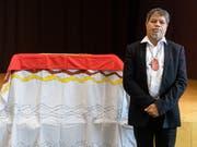 Holt den geraubten Leichnam eines Vorfahren nach Australien zurück: Der Stammesälteste Gudju Gudju Fourmile bei der Übergabezeremonie in München. (Bild: KEYSTONE/DPA/MATTHIAS BALK)