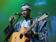 Der afrikanische Sänger und Wahl-Dresdner Ezé Wendtoin sorgt mit seinem Cover von Konstantin Weckers «Sage Nein!» für Furore im Internet. (Bild: Keystone/DPA-Zentralbild/BRITTA PEDERSEN)