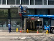 Vor der Credit Suisse ist bereits ein Reinigungsdienst damit beschäftigt, die Farbe vom Gebäude zu entfernen. (Bild: Alexandra Pavlovic)