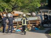 Zwei Dutzend Menschen fuhren mit: Die beiden Anhänger des Traktorunfalls waren mit Festbänken und Tischen bestückt. (Bild: Stefan Rossmann/dpa)