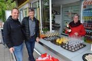 Sind schon völlig miteinander vertraut. Bruno Frei (designierter Präsident), Ernst Bosshard (ehemaliger Präsident) und Manuela Müller (neue Kioskpächterin), von links, freuen sich auf das kommende Badewetter mit möglichst vielen Besuchern.