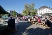 Die Besucher freuten sich über das sonnige Wetter an der 1.-Mai-Feier auf dem Landsgemeindeplatz. (Bild: Stefan Kaiser, Zug, 1. Mai 2019)