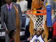 Clint Capela (links/dunkel) kann den Slam-Dunk von Andre Iguodala (Golden State Warriors) nicht verhindern. (Bild: KEYSTONE/EPA/JOHN G. MABANGLO)