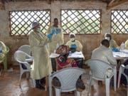 Ein WHO-Impfteam in der Stadt in Butembo, wo vergangene Woche wurde ein Arzt der Uno-Organisation getötet wurde. Im Osten des Kongos haben bereits knapp 110'000 Menschen einen experimentellen Ebola-Impfstoff erhalten. (Bild: KEYSTONE/EPA WHO/LINDSAY MACKENZIE / WHO HANDOUT)