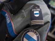 Die Zuger Kriminalpolizei klärt den Fall einer Schlägerei am Bahnhof Zug. (Bild: KEYSTONE/URS FLUEELER)