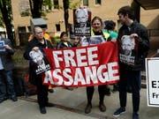 Demonstranten forderten vor dem Gerichtsgebäude die Freilassung von Assange. (Bild: KEYSTONE/AP/MATT DUNHAM)