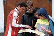 Martin Hubmann erklärt den Teilnehmern auf der Karte, welche Route die schnellste ist. (Bild: Andreas Taverner)