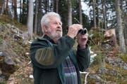 Noch heute ist der auch im Urnerland als ehemaliger Nidwaldner Wildhüter, aber auch als Slalomfahrer und treffsicherer Schütze bestens bekannte Dölf Mathis noch täglich im Wald unterwegs. (Bild: Christof Hirtler, Oberrickenbach, April 2019)