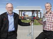 Die beiden Windrädlimacher Ruedi Reich (links) und Gusti Arnold freuen sich an ihren gegenseitigen Geschenken. (Bild: Fränzi Göggel)