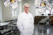 Chirurg Reto Babst (65) im von ihm lancierten Trainingslabor. (Bild: Manuela Jans-Koch, Luzern, 26. April 2019)