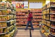 Der hiesige Detailhandel wird mit dem Einkaufstourismus gefordert. (Bild: Keystone/Martin Ruetschi)