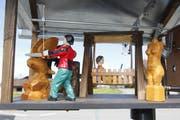 Die Hollywoodschaukel und der Bildhauer an der Kettensäge bewegen sich, wenn sich der Propeller dreht. Damit alles reibungslos funktioniert, ist Detailarbeit gefragt. (Bild: Fränzi Göggel)