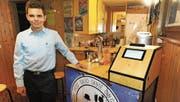 Technisches Talent: Steffan Arends hat einen Cocktailautomaten gebaut. Auch die Bar im Bildhintergrund hat er gezimmert. Wenn Sie mehr über den Cocktailautomaten erfahren wollen, müssen Sie die App XTend herunterladen und das Bild scannen. (Bild: Max Tinner)