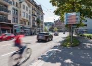 Informiert über freie Parkplätze in der Innenstadt: Eine Tafel des St.Galler Parkleitsystems an der Rorschacher Strasse. (Bild: Thomas Hary - 15. August 2018)