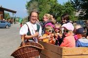 Apfelkönigin Melanie Maurer überreicht den Reisenden im Bluescht-Express Gala-Äpfel. (Bild: Hana Mauder Wick)