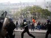 Die Polizisten setzten Tränengas ein, um die Aktivisten auseinanderzutreiben.es. (Bild: KEYSTONE/AP/FRANCOIS MORI)
