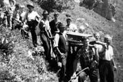 Die Gebrüder Arnold starben 1950 beim Wildern in einer Lawine. Im Juni 1950 wurden sie nach der Schneeschmelze geborgen, eingesargt und ins Tal getragen. (Bild: PD)
