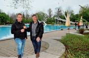 Der abtretende Präsident Ernst Bosshard (rechts) gibt den Präsidentenschlüssel in die Hände seines Nachfolgers Bruno Frei. (Bilder: Christoph Heer)