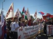 Gewerkschafter in Griechenland haben am 1. Mai für bessere Löhne demonstriert. (Bild: KEYSTONE/AP/PETROS GIANNAKOURIS)