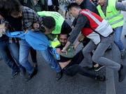 Demonstranten wurden an mehreren Orten der Innenstadt Istanbuls von der Polizei mit Gewalt gepackt und in Bussen fortgebracht. (Bild: KEYSTONE/EPA/ERDEM SAHIN)
