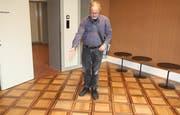 Architekt Klemens Dudli zeigt den klassischen Kassetten-Parkettboden.