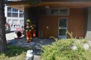 Die Feuerwehr bei den Löscharbeiten auf dem Gemeindeparkplatz. (Bild: Kantonspolizei Nidwalden, Stans, 30. April 2019)