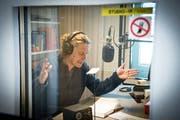 In der Blindenbibliothek Landschlacht wurden bis Ende 2018 jährlich 100 bis 120 Hörbücher für Blinde eingelesen: Der St.Galler Schauspieler Matthias Albold in der Sprecherkabine. (Bild: Ralph Ribi, Landschlacht, 6.April 2018)