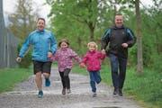 Trainieren auf dem Sportgelände Risch in Ebikon für den Stadtlauf: Reto Barmet (links) und Patrick Amrein mit den Töchtern Lara und Selina. (Bild: Dominik Wunderli (Ebikon, 28. April 2019))