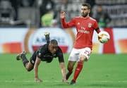 Gelson Fernandes (links) zeigt vollen Einsatz im Europa-League-Viertelfinal gegen Benficas Rafa. (Bild: Alex Grimm/Getty (Frankfurt, 18. April 2019))
