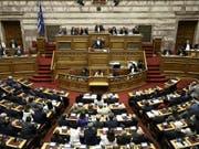 Der griechische Ministerpräsident Alexis Tsipras spricht am Freitagabend im Parlament in Athen. (Bild: KEYSTONE/EPA ANA-MPA/SIMELA PANTZARTZI)
