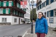 Ab hier wird künftig Einbahnsystem sein: Gemeinderätin Sarah Odermatt vor dem «Engel» am Dorfplatz. (Bild: Boris Bürgisser, Stans, 9. Mai 2019)