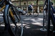 Ein Viertel der Velofahrer in Luzern hält sich nicht an die Verkehrsregeln. Das hat die Luzerner Polizei bei einer koordinierten Verkehrskontrolle herausgefunden. (Bild: Boris Bürgisser, Luzern, 28. Mai 2018)