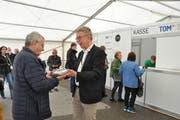 OK-Präsident Peter Kroll (rechts) überreicht dem ersten Besucher ein Geschenk. (Bild: Sabine Camedda)