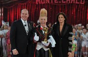 Bello Nock mit Prinz Albert II von Monaco und Prinzessin Stephanie während der Gala des Internationalen Zirkusfestivals in Monte Carlo 2011. Bild: (Keystone)