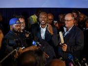 Mmusi Maimane, Führer der Demokratischen Allianz, der grössten Oppositionspartei in Südafrika, kommt nach Auszählung von 90 Prozent der Wahllokale auf einen Stimmenanteil von 21 Prozent. Die Regierungspartei ANC sackt auf ein historisches Tief von 57 Prozent ab, behält aber die absolute Mehrheit. (Bild: KEYSTONE/AP/BEN CURTIS)