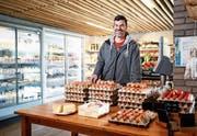 Landwirt Roger Iten vor seinem Laden mit Café auf dem Letzi Hof in Zug. (Bild: Stefan Kaiser, 10. Mai 2019)