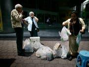 Damit ist bald Schluss: Die Bewohner von Mexiko-Stadt sollen keine Einweg-Plastiksäckli mehr verwenden (Archivbild). (Bild: KEYSTONE/AP/Miguel Tovar)