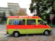 In Neuenegg BE ist ein Mann bei einem Unfall ums Leben gekommen. Er war mit seinem Lieferwagen mit einem Baum kollidiert und tödlich verletzt worden. (Bild: KEYSTONE/GAETAN BALLY)