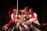 Die Theaterkurs-Teilnehmer der PH Luzern zeigen bei der Hauptprobe von «Peer, du lügst!» viel Talent.Bild: Jakob Ineichen (Luzern, 7. Mai 2019)