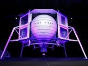 Platz für vier Fahrzeuge: Amazon-Gründer Jeff Bezos präsentierte am Freitag in Washington ein Modell seines geplanten Raumschiffs «Blue Moon». (Bild: KEYSTONE/AP/PATRICK SEMANSKY)
