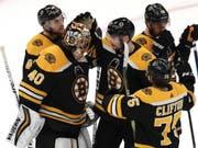 Die Boston Bruins beglückwünschen sich zum erfolgreichen Auftakt im Conference-Final gegen die Carolina Hurricanes (Bild: KEYSTONE/AP/CHARLES KRUPA)