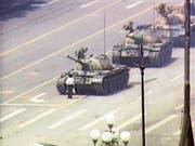 Ein einzelner Demonstrant steht vor der Panzerkolonne auf dem Tian'anmen-Platz in Peking: Das Bild steht ikonisch für den niedergeschlagenen Volksaufstand vom 5. Juni 1989. Bild: Getty